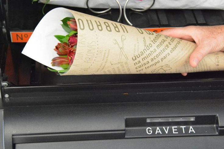 """Mas e se ao invés de refrigerantes, fosse possível comprar flores? Essa é a ideia da empresa """"Ramo Urbano"""", que há pouco mais de um mês, disponibilizou duas """"vending machines"""" nos shoppings Cidade Jardim e Pátio Higienópolis."""