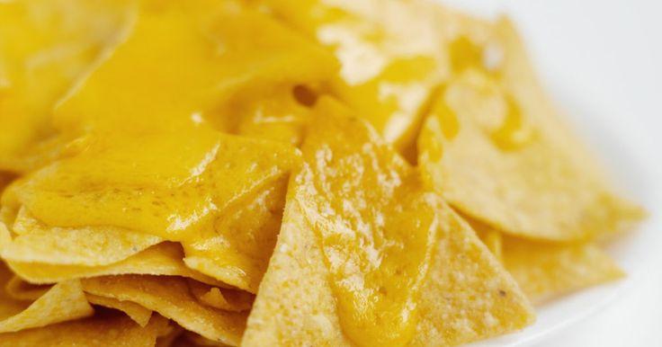 Cómo fundir queso pasteurizado para nachos. Los nachos con queso son una merienda popular para muchos. A menudo se ven con mayor frecuencia en las salas de cine, eventos deportivos, ferias y carnavales. A pesar de todos los lugares que tienen nachos, la gente todavía los desea mientras está en casa. Afortunadamente, existen maneras rápidas y convenientes de hacer nachos en casa. El queso ...