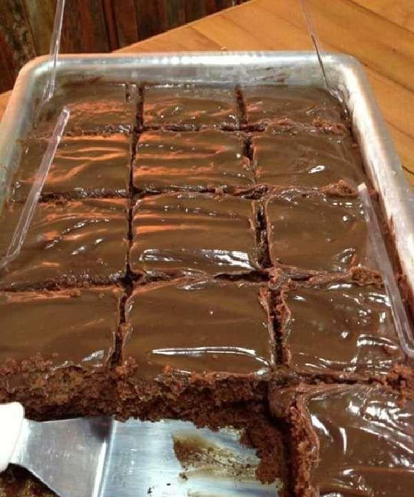 Bolo Nega Maluca de Liquidificador com cobertura de chocolate