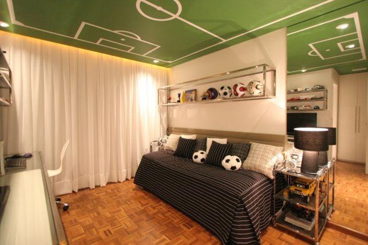 Esse é para os apaixonados por futebol, o teto recebeu a pintura de um campo! Mas apesar da ideia super ousada, a base do quarto é bem neutra, com piso de madeira, paredes e cortinas brancas e móveis de aço inox com vidro. Projeto e foto: Santos & Santos arquitetos.