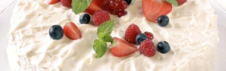 Bløtkake med vaniljekrem og bær