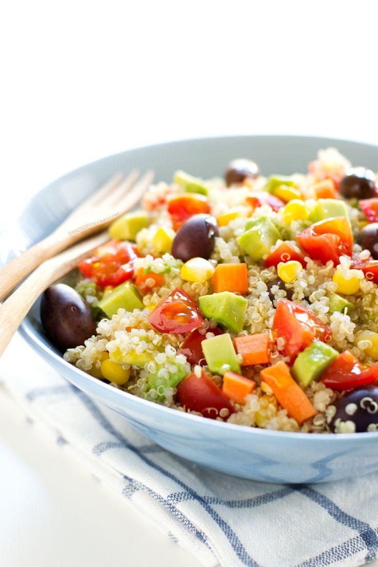 Ensalada de Quinoa½ taza de quinoa sin cocinar (100 g) ¼ taza de maíz (35 g) ¼ taza de zanahoria (40 g) 12 tomates cherry 12 aceitunas negras 1 aguacate Aceite de oliva virgen extra
