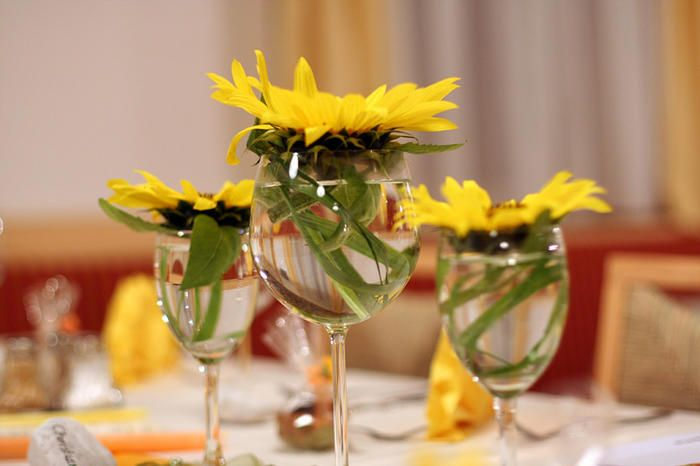 less is better simple and yet elegant sunflower table decoration sunflower wedding theme. Black Bedroom Furniture Sets. Home Design Ideas