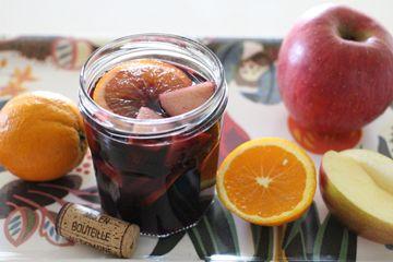 フルーツとワインの組み合わせがおいしい「サングリア」は女性の間で人気ですよね!これからの季節はサングリアを飲む機会が増えそうですね。 サングリアは、赤ワイン+フルーツ+砂糖(又ははちみつ等)、そしてシナモンなどのスパイスを加えるのが基本的な作り方ですが、twitterで非常に簡単なサングリア風レシピを見つけたのでご紹介します。 今年の夏は、この簡単サングリアにチャレンジしてみたくなると思います。