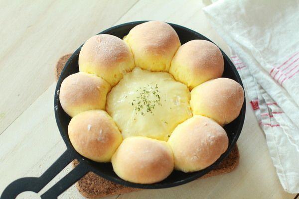 発酵いらず! スキレットブレッドの作り方  (材料:作りやすい分量) ホットケーキミックス:150g 打ち粉(強力粉):適量 カマンベールチーズ:1個 A 卵:1個(50g) A ヨーグルト(無糖):大さじ1/2 A オリーブオイル:小さじ1  (作り方) 1.ボウルにAを入れて混ぜる。カマンベールの上部を少し切り落とす。 2.ボウルにホットケーキミックスを加え、さいばしでぽろぽろになるまで混ぜる。 3.手で混ぜてひとまとめにする。 4.まな板に打ち粉をふって生地をのせ、8等分に切る。 5.切り口を中央にまとめるように丸める。 6.スキレットの中央にカマンベールチーズをおき、まわりに5を並べる。 7.180度に予熱したオーブンで15分焼く。 鉄鍋1つあればできるスキレットブレッド。お好きなアレンジを見つけてみては。