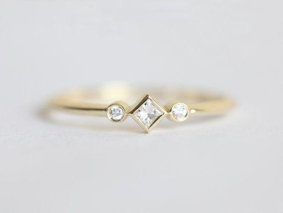 Unieke, sierlijk en sparkly diamantring. Kleine maar nog steeds prominent.  Klik voor hetzelfde ontwerp met 0,2 karaat prinses diamant als een belangrijke steen https://www.etsy.com/listing/494642032/princess-diamond-ring-three-stone-ring?ref=shop_home_active_1  Item info: Edelsteen: diamant Totaal Karaatgewicht: 0.065 karaat Gemstone Quality: Kleur E - F, duidelijkheid versus, conflict gratis Materiaal: 14/18 k, geel/wit/rose massief goud Gouden g...