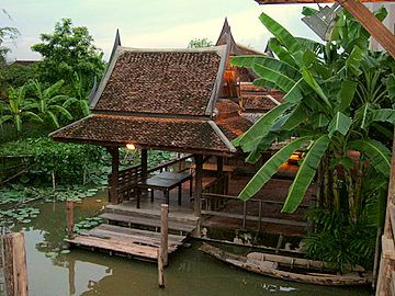 Traditional thai houses old thai houses in bangkok on for Canal home designs