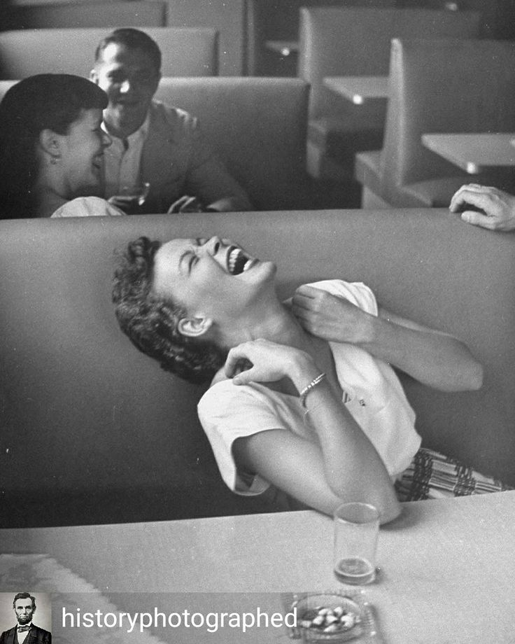 Credit to @historyphotographed : Coed Anne Bottomley roaring with infectious laughter in a restaurant, 1949. Photograph by Lisa Larsen. Missy 😉