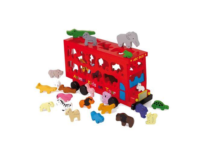 """In deze """"dubbeldekker-bus"""" zitten 26 kleurige dierenfiguren, die door de bijpassende gapingen """"instappen""""! Iedere vorm heeft een letter van het alfabet en zo wordt het motoriekspel nog een hulpmiddel bij het kennis maken met het ABC."""
