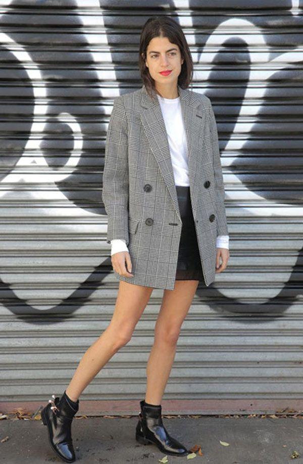 Leandra Medine apostou no blazer oversized com saia de couro.