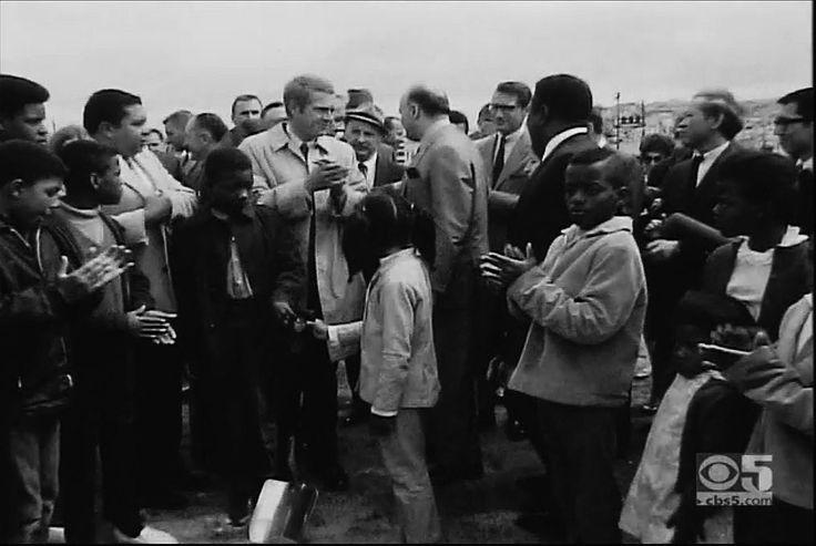 Steve McQueen et le maire Joseph Alioto dans Bayview Hunters Point participent à la cérémonie pour la nouvelle piscine                                                                                              au Martin Luther King Memorial à Third Street et Carroll Avenue. 25 mai 1968.