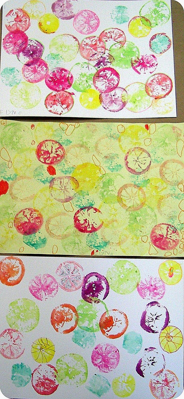 Empreintes d'agrumes Couper oranges, citrons et clémentines, par la moitié puis tremper dans les encres de couleurs. Ensuite, tamponner tous ces agrumes dans différentes teintes sur un papier aquarelle. Une fois secs, les travaux sont rehaussés aux feutres avec des graphismes.