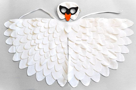 Traje de cisne blanco de los niños.  Excelentes para obras de teatro escolares, Halloween o para carnaval.  Usé lana mezcla sentí que mano corte y cosido a máquina. La máscara, así como las alas tienen un forro extra fieltro para mayor durabilidad. Las alas pueden fijarse cómodamente y fácilmente sobre los brazos inferiores y superiores con elásticos y con una cinta en color que empareja, alrededor del cuello.  TAMAÑOS  PEQUEÑO - ajustes niños de 2-3 años. La medida desde el centro de la…