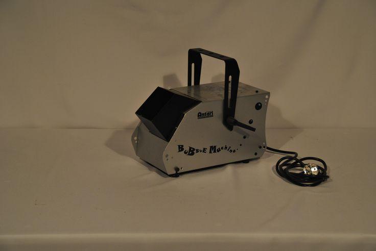 Bellen blaas machine  Bellenblaasmachine inclusief vloeistof. Welke een hoeveelheid bellen de lucht in blaast.  Stekker in het stopcontact, vloeistof erin, en hij doet het. €20,-
