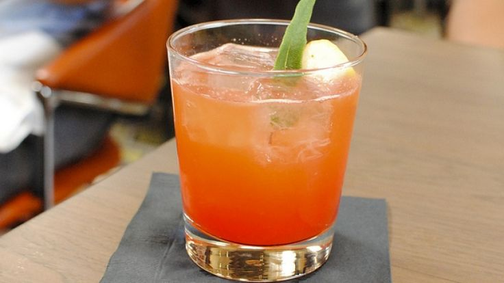 Cocktail Garibaldi, ricetta originale con ingredienti, dosi e storia. http://winedharma.com/it/dharmag/marzo-2015/cocktail-garibaldi-ricetta-ingredienti-dosi-e-abbinamenti