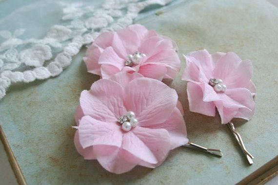 Estos clips de cabello están hechos de pétalos de Hortensia color rosa delicado con centros de racimo de perlas y diamantes de imitación... Pétalos de Hortensia con sensación agradable algodón y bordes, no cantados.  Tamaño del ♥ - ~ 1,8- 2.3 ♥ Color - rosa claro ♥ Apoyo - plata tono horquillas ♥ LISTO para nave, naves en 2-4 días hábiles.   IMPORTANTE: Los colores pueden variar en diferentes monitores debido a variaciones en el brillo del monitor, contraste, etc.. Tenga en cuenta que puede…