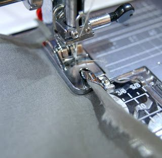 Je couds, tu couds, nous cousons ...: Utiliser le pied pour ourlet roulé ou pied ourleur Super!merci a toi ;) http://christelleben.blogspot.ca/2012/07/utiliser-le-pied-pour-ourlet-roule-ou.html