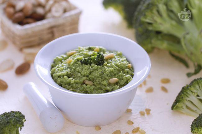 Il pesto di broccoli è un condimento cremoso e saporito ideale per insaporire la pasta. Primi pasta