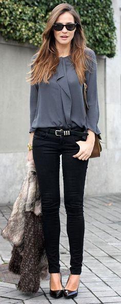 Acheter la tenue sur Lookastic: https://lookastic.fr/mode-femme/tenues/veste-de-fourrure-chemisier-a-manches-longues-jean-skinny-escarpins-ceinture-lunettes-de-soleil-montre/6642 — Lunettes de soleil noires — Chemisier à manches longues gris foncé — Ceinture en cuir noire — Montre dorée — Jean skinny noir — Veste de fourrure grise — Escarpins en cuir noirs