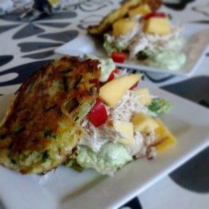 Kartoffel sandwich med pulled chicken, avocadocreme og mango/æble chutney