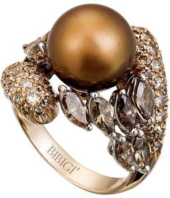 BIBIGÌ-Anello in oro giallo con pavé di diamanti bianchi e brown e perla chocolate centrale, 4.050 €