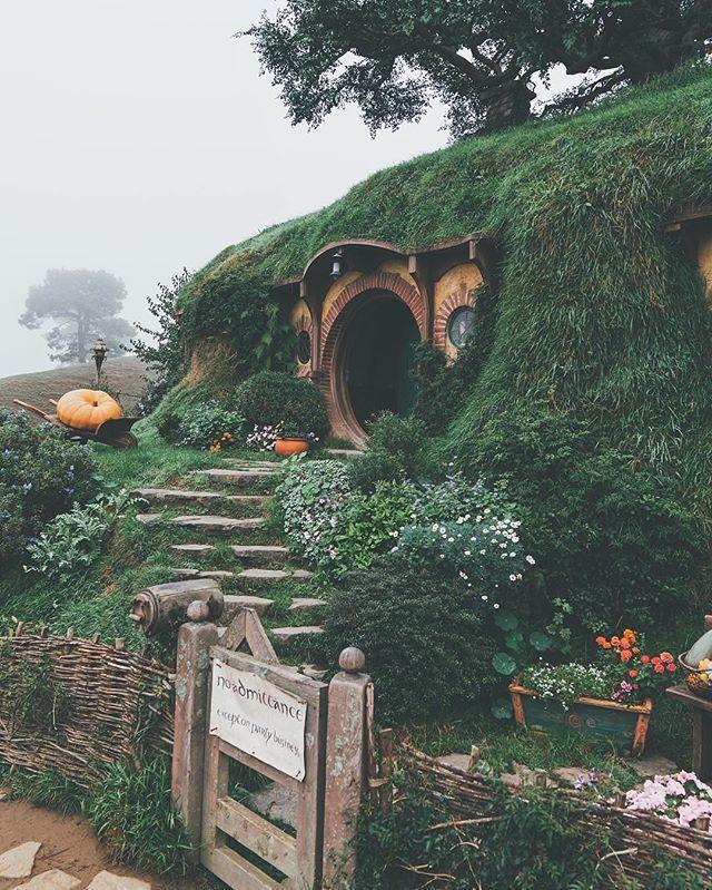 """Хоббитон. Новая Зеландия🇳🇿 Город хоббитов, был построен для фильма «Властелин колец», и стал популярной достопримечательностью Новой Зеландии. Когда Питер Джексон, режиссер знаменитого блокбастера """"Властелин Колец"""", пролетая над одним из островов Матамата в Новой Зеландии, увидел эти места, то сразу понял, что они идеально подходят для экранизации деревушки Хоббитов. Уже в марте 1999 года он начал готовить поселение для хоббитов, чтобы начать съемки к концу года! Как известно, в съемках…"""