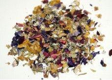 FLOWER POWER  Farbenfrohe Mischung aus hochwertigen Kamillenblüten, Hibiskusblüten, Lindenblüten, Rosenblütenblättern, Kardamomsamen, Gänseblümchen, Malvenblüten und Königskerzenblüten. Ergibt einen sanft-duftenden, angenehm würzigen Aufguss mit mittelbrauner Tasse.