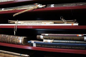 Boekenmarkt in de tempelzaal. Zondag 11 december in de Tempelzaal. Wetenschappelijke boeken uit de museumbibliotheek te koop voor prijzen vanaf €2,50. Van 10.00 tot 17.00