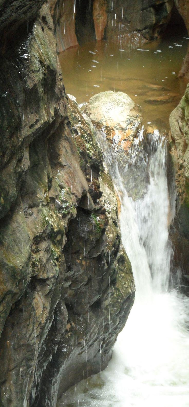 El angosto desfiladero del Parque Natural de la Yecla es una profunda y estrecha garganta  modelada en los materiales calizos por la ...