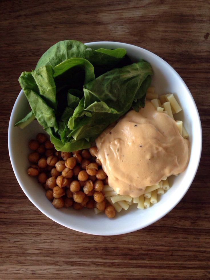Vegan dinner | spinach, baked spicy chickpeas, macaroni and cheesy sauce