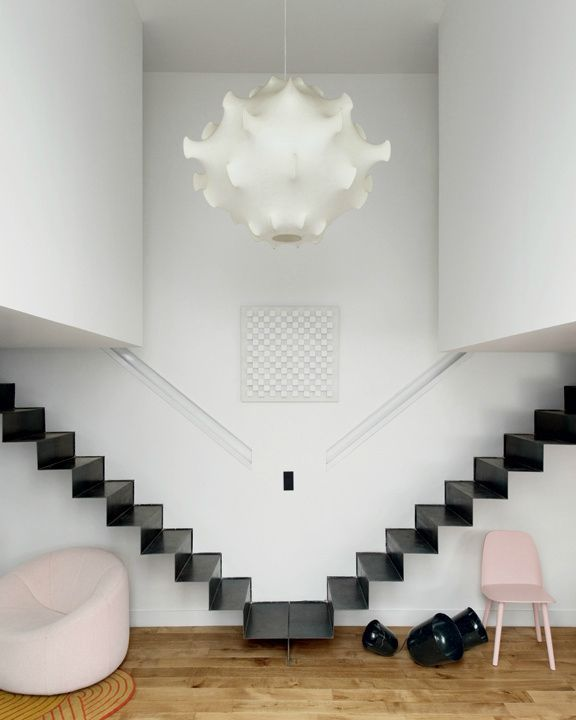 """Tôle d'acier pliée, Architecture symétrique, Encastrement dans le mur, Design """"flottant"""""""