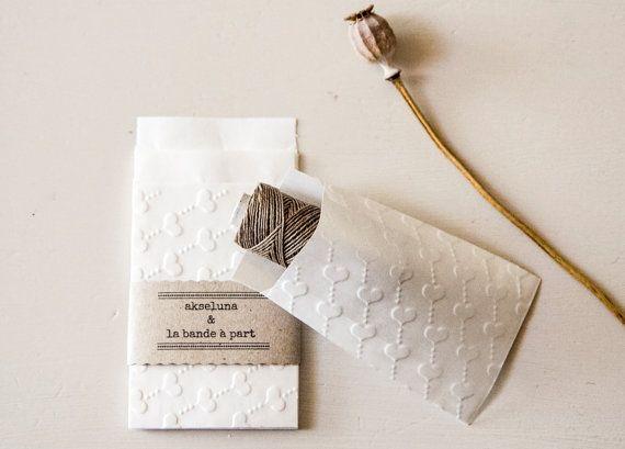 Pochettes, sachets cadeau papier blanc embossé coeurs lot de 10 dim. 6,3cm x 9,3cm plus le rabat, mariage, baptême
