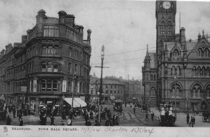 Vintage photograph of Bradford Town Hall Square on old-pictures.org