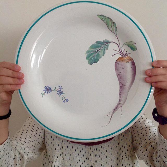 Uno de mis alza platos favoritos. Lola  #handpainted #platospintados #porcelana #porcelain #homedecor #home #diy #table #tableware #painting #dinnerware #design #vajilla #unico