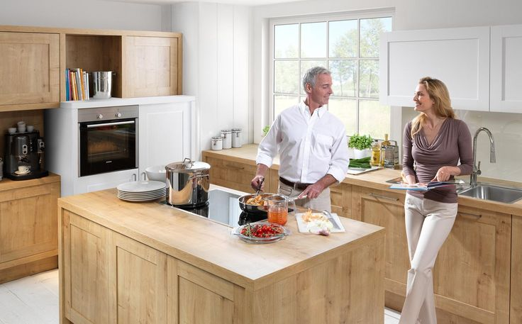 Vienna kombiniert Weiß softmatt mit Chalet Eiche: eine perfekte Kombination aus Weiß und Holz. Die Rahmenfront könnte fast schon in den Landhausstil passen, bringt allerdings so viel Moderne mit sich, dass sie ganz klar einen Platz in unseren zeitlosen Küchen erhält.