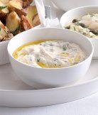 Dip s pečeným česnekem a bazalkou (Skvěle doplní pečené brambory.)