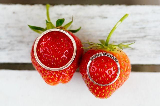 #trouwringen #aardbeien #bruiloft Trouwen op een landgoed in de Betuwe   ThePerfectWedding.nl   Fotocredit: Mon et Mine