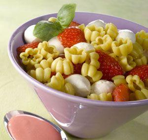 Mansikka-Mozzarella Kukkapasta sopii vaikka grilliruoan kaveriksi. #mansikka