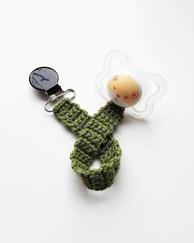 Napphållare. 💫💫💫 . #virka #crochet #virkat #crocheting #virkar #crochetersofinstagram #crochetersanonymous #färgglatt #color #colors #garn #yarn #barnmobil #barn #virkattillbaby #virkattillbarn #panduro #pandurohobby #napphållare #napp #bebis #baby #barn #barnvagnsmobil #vagnmobil #mam #jollyroom