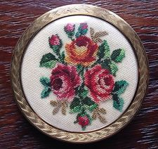 Antike Puderdose mit Stickerei Petit Point Rosen Motiv