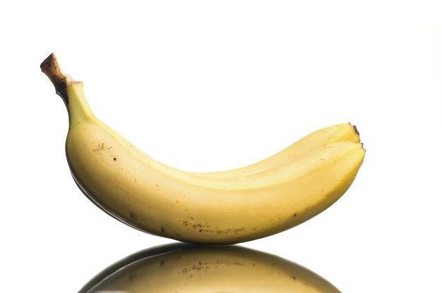 Bananas duram mais quando estão sozinhas. Separe cada uma da penca, mas deixe o cabinho protegendo a pontinha.   14 dicas para te ajudar a não desperdiçar tanta comida