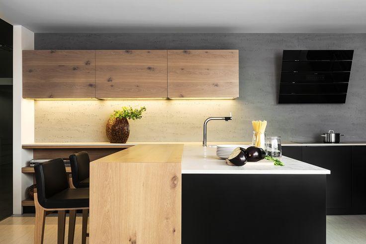 moderna kuchyna HANAK na mieru, cierny matny lak v kombinacii s vyraznou svetlou dyhou