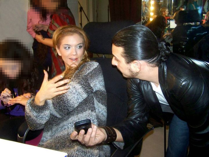 Nestor Grande charlando con Beatriz Trapote sobre sus diseños.