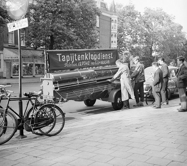 Eerste rijdende tapijtklopmachine in Amsterdam / The first carpet beating machine on wheels in Amsterdam