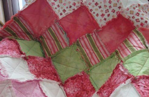 La coperta patchwork è un accessorio che unisce il piacere del fai-da-te con il piacere di un arredamento di gran moda. Pur rientrando in quella che un tempo era considerata