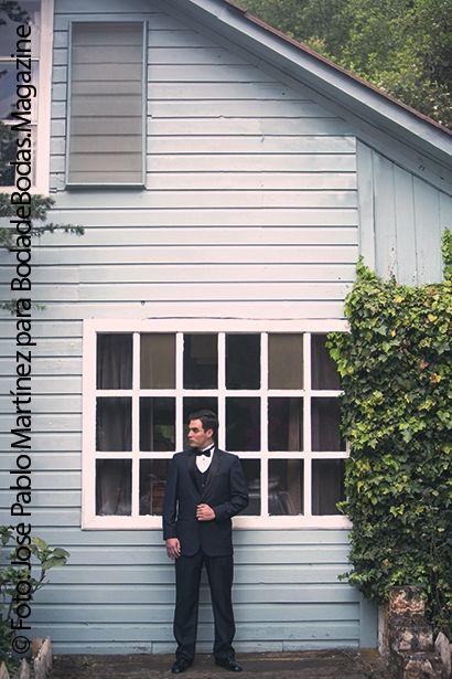 Una nueva propuesta en #trajes de #etiqueta de #SeñorSmoking, manteniendo su elegancia, un saco azul de dos botones con solapa negra, pantalón slim, combinado con chaleco negro y corbatín negro. Traje adecuado para eventos en la tarde.  Puedes ver esta edición o las anteriores de #BodadeBodasMagazine en: http://issuu.com/bodadebodasmagazine