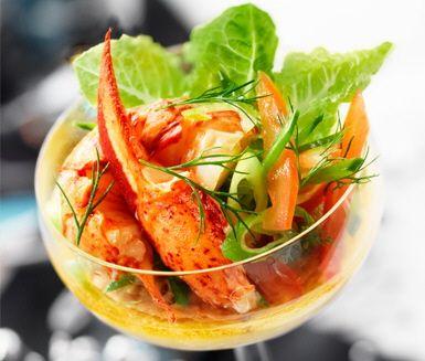 Denna lyxiga skaldjurscocktail med smakrik Västerbottensost och smarriga kumminkex är en perfekt entrérätt på nyårsafton. Förbered din smakliga äggstanning och kexen dagen före du bygger ihop din goda cocktail. En vacker och aptitretande rätt!