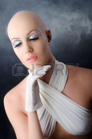 Mujer modelo, calva. Foto de archivo.