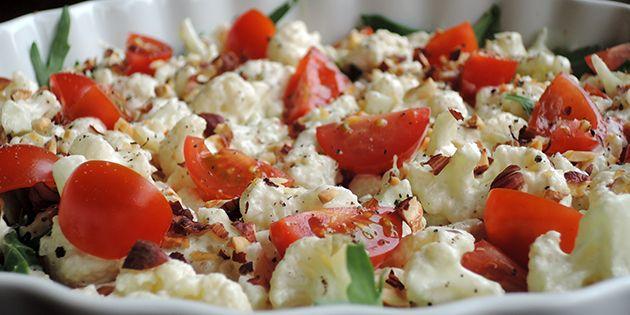 Dejlig fyldig blomkålssalat med ristede nødder, sprøde cherrytomater, frisk rucola og en skøn creme fraiche dressing med sennep. Salaten passer til alle typer kød og fisk.