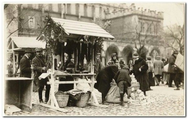 The tradition of the Easter fair on the main square in Kraków began before the war